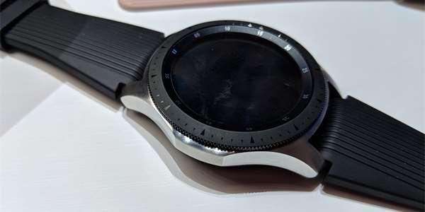 Samsung Galaxy Watch  Chytré hodinky tikají a odbíjejí. Těšte se na eSIM! 6d5cb9543b3