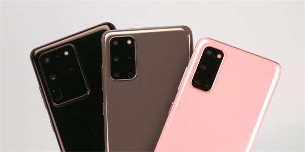 Zleva: Samsung Galaxy S20 Ultra, S20+ a základní S20.