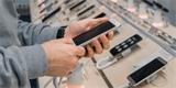 Slevy letos nečekejte a mobilů bude méně, varují prodejci. Někteří mohou i zdražit