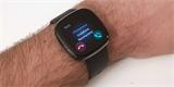 Fitbit aktualizuje chytré hodinky Sense a Versa 3. Naučí je telefonovat