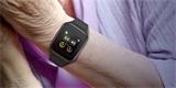 Chytré hodinky už mají i senioři. Jsou od TCL a umí běžné hovory i videohovory
