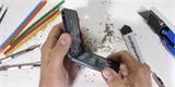 Mučení Samsungu Galaxy Z Flip. UTG sklo na displeji je přelepené plastovou fólií