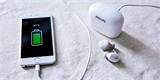 Bezdrátová sluchátka Philips SBH2515 mají pouzdro, které poslouží i jako powerbanka