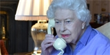 Do technologických novinek se příliš nežene. Britská královna používá telefon z roku 1967