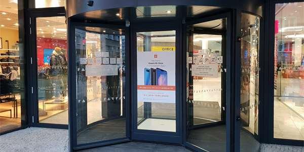 Xiaomi otevřelo další kamenný obchod. Stovky lidí čekaly přes noc na 90%  slevy 5a4eff5c339