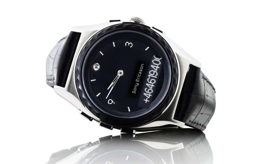 Decentní a zároveň módní provedení hodinek je podtrženo koženým řemínkem a  diskrétním černým ciferníkem 247ed383f22