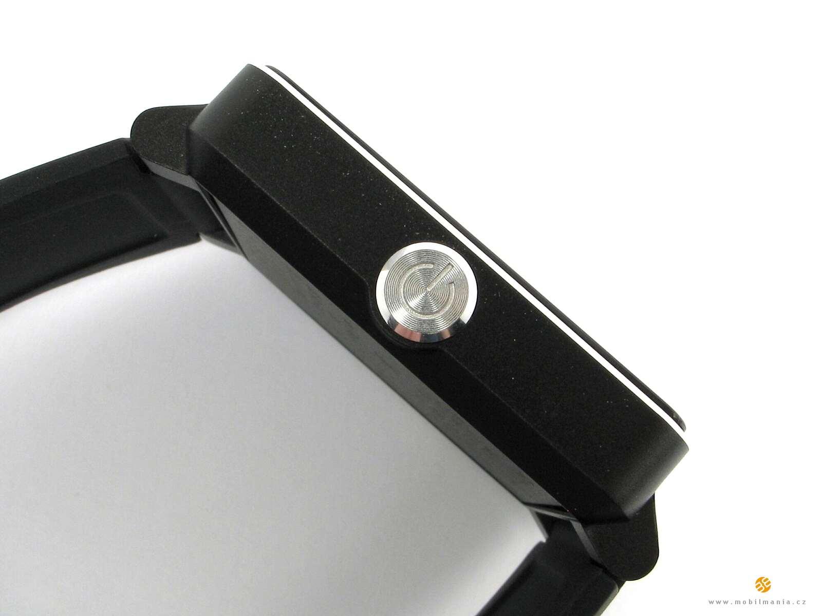 Výrazné zapínací boční tlačítko a rubová strana hodinek. Pod ní je ukrytá  uživatelsky nepřístupná baterie 8942e5b8093