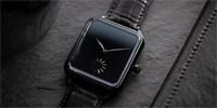 """""""Hloupé Apple Watch"""" za 700 tisíc. Parodují chytré hodinky a mají nejčernější ciferník na světě"""