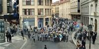 Apple сняла очередную рекламу в Праге. Парень сбегает от последователей Národní třída