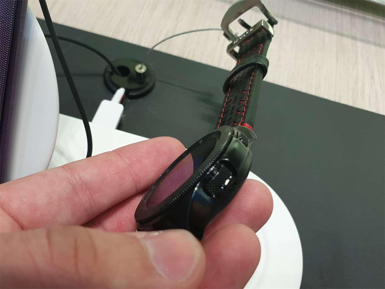 c27b7237c5c Galerie - Samsung začíná prodávat hodinky Galaxy Watch. Konkurenci překonají  armádním standardem MIL-STD 810G